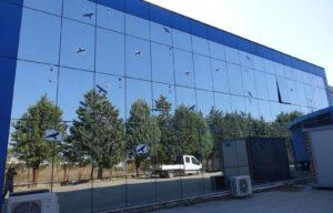 ΑΠΕ-ΜΠΕ : Αυτοκόλλητα τοποθετήθηκαν σε τζαμαρίες κτιρίου για να τρομάζουν τα πουλιά
