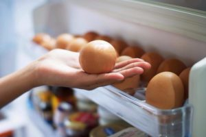 Γιατί δεν πρέπει να βάζετε τα αυγά στις θήκες της πόρτας του ψυγείου | E-Daily.gr